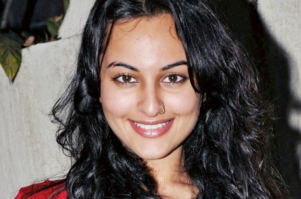 Sonakshi Sinha hot, bikini hot photos, bra size, sexy boobs hot images, cleavage wallpaper pics, Sonakshi Sinha saree & bikini photoshoot