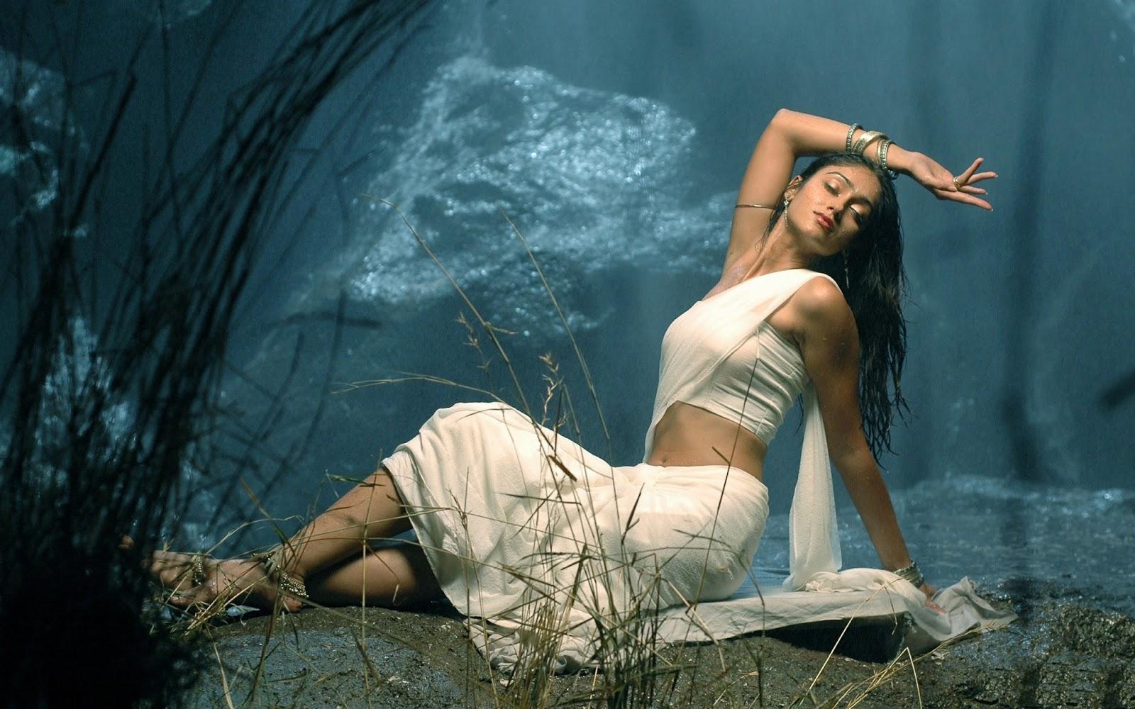 Glamorous Ileana D'Cruz in Saree Hot Photoshoot