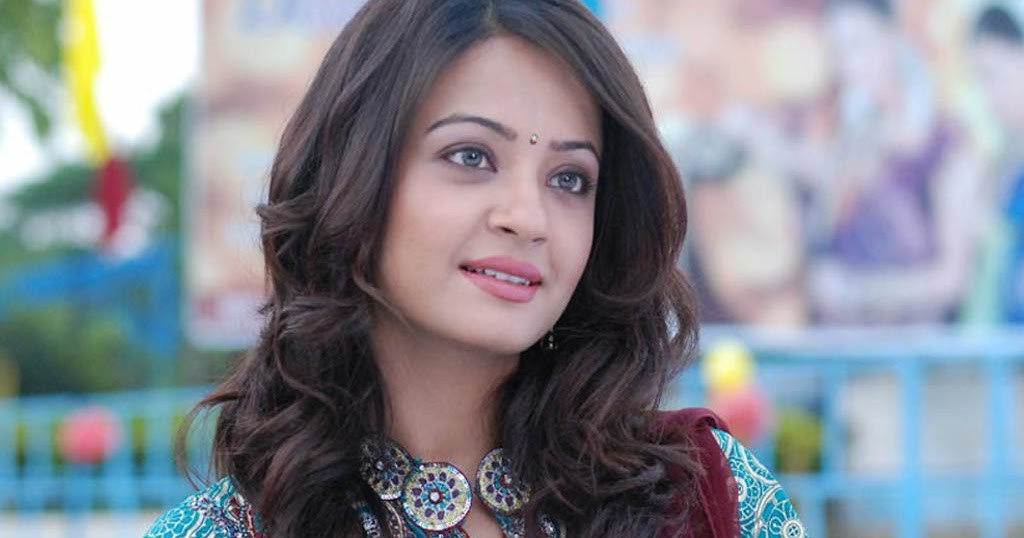 Bollywood And Punjabi Actress Surveen Chawla New Wallpapers