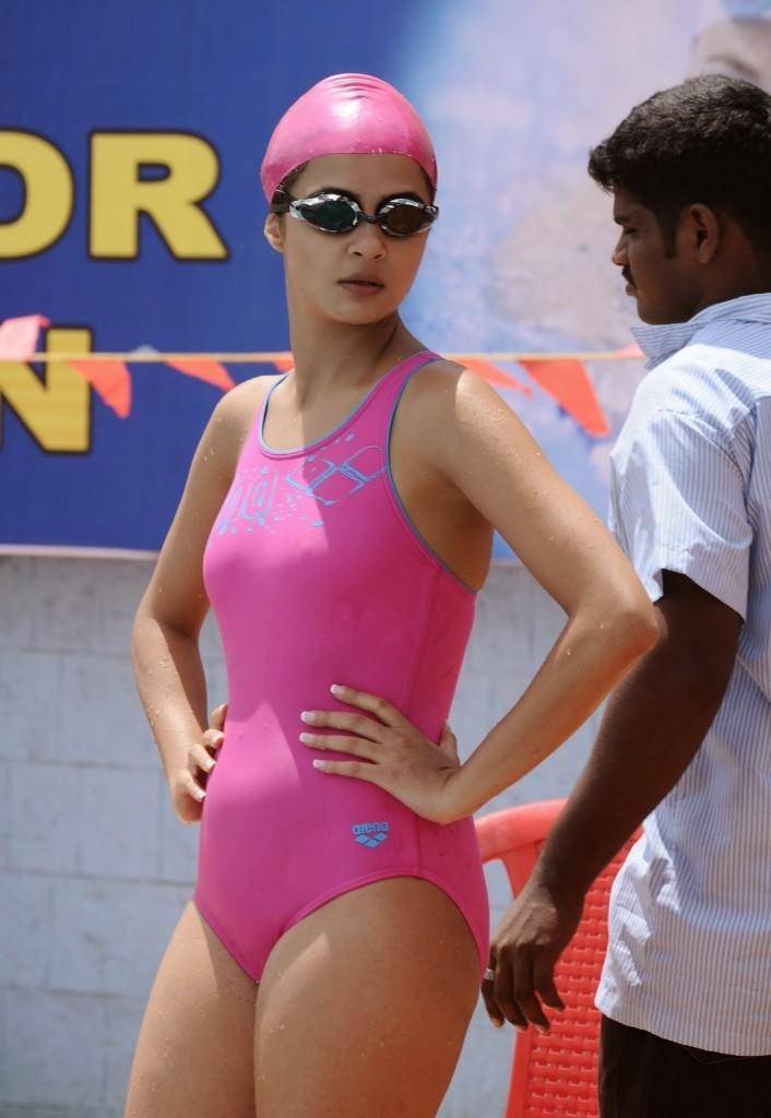 Surveen-Chawla-hd-bikini-Images