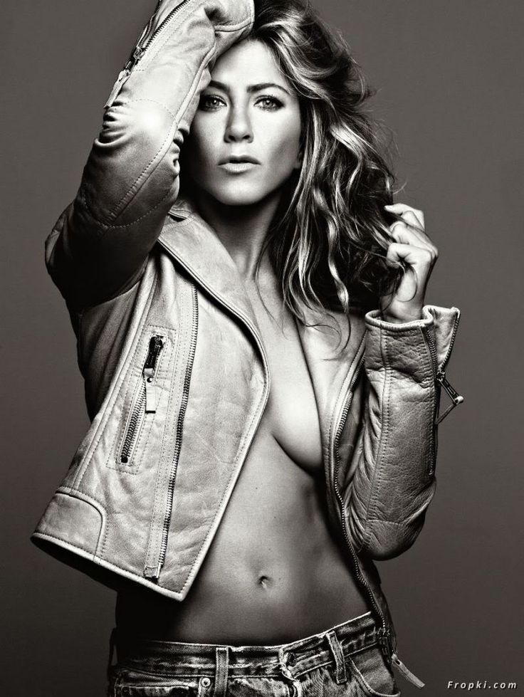 Jennifer Aniston showing off her boobs