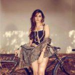 Hot Photos of Kiara Advani, Intimate kissing scene & Sexy Bikini Pics