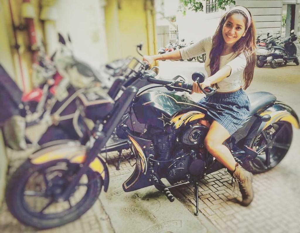 Asha Negi hot, bikini hot photos, bra size, sexy hot images, wallpaper pics, Asha Negi saree & bikini photoshoot