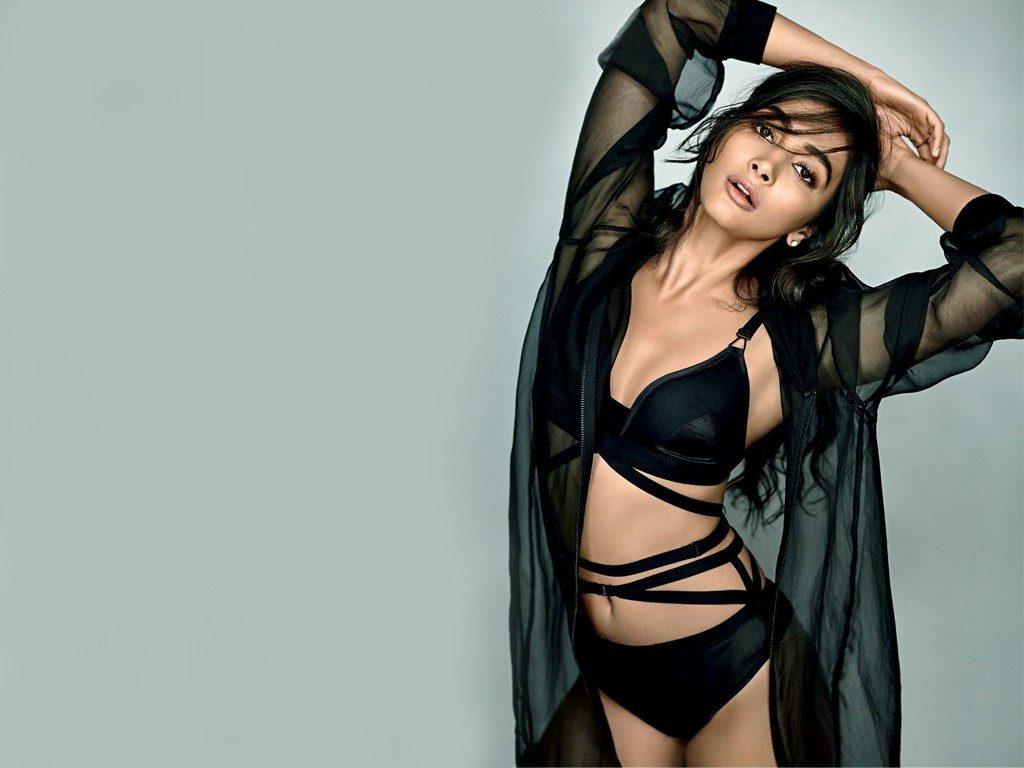 Sizzling Hot & Sexy Photos of Pooja Hegde, Unseen Bikini ...