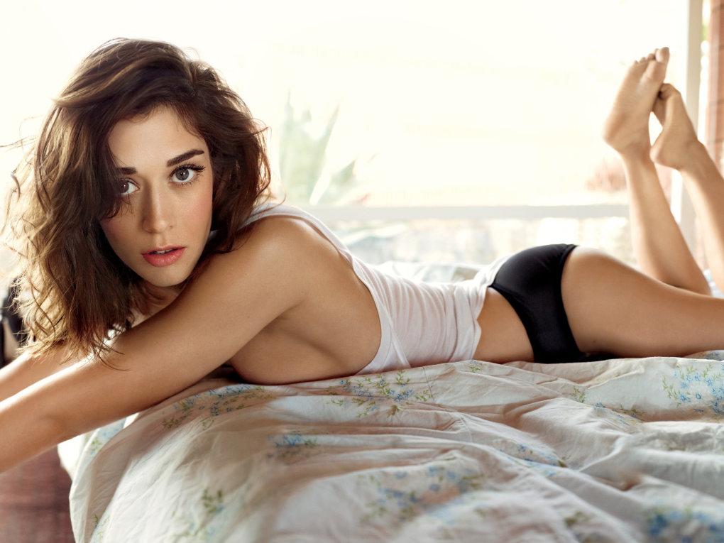 sexy Lizzy Caplan