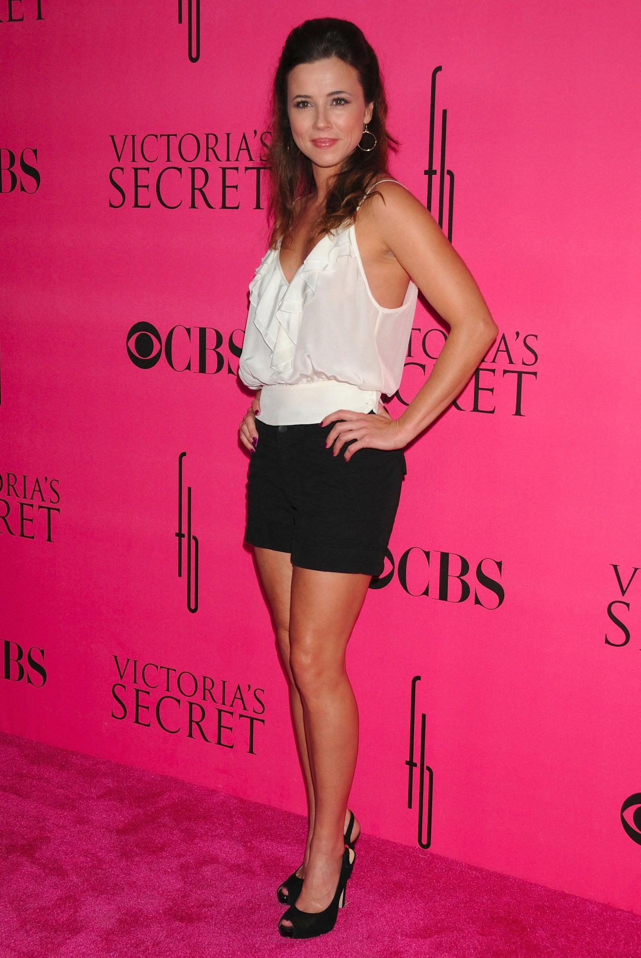 Linda Cardellini in shorts