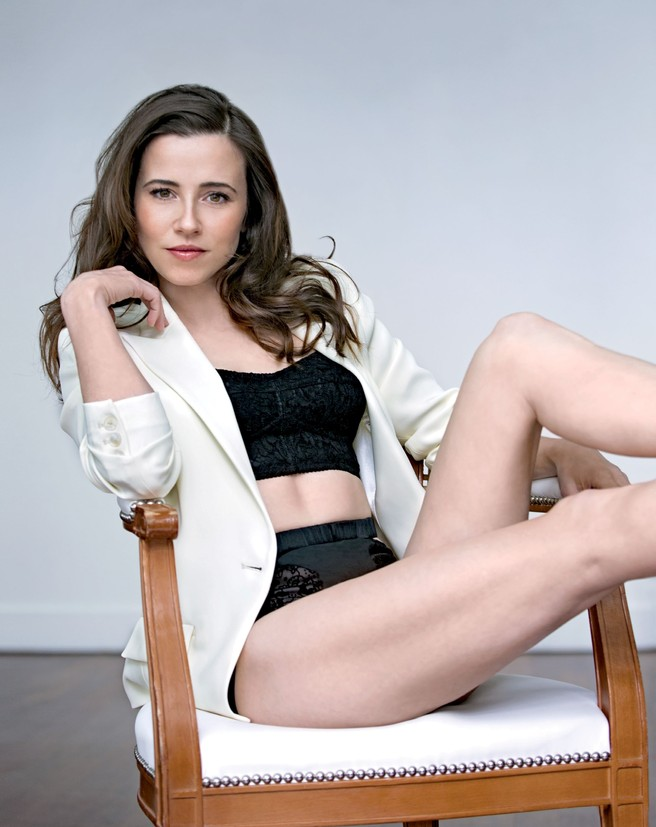 Linda Cardellini hot bikini pose